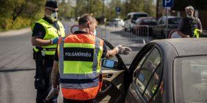 A Polgárőrség munkatársa útba igazítja a behajtásra nem jogosult autóst.
