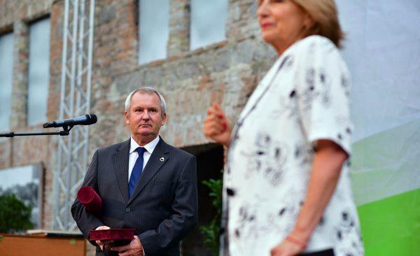 A Város Díszpolgára címet Vincze László papírmerítő mester kapta.