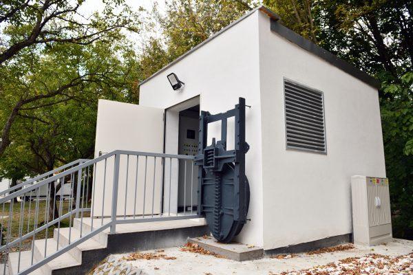 A kapcsoló- és vezérlőház bejáratánál az árvízi zsilip tolózára. Az ipari műemléknek számító eszköz Szentendre árvízi védekezését szolgálta 2021-ig. A projekt során a kivitelezők új, automatizált zárra cserélték.